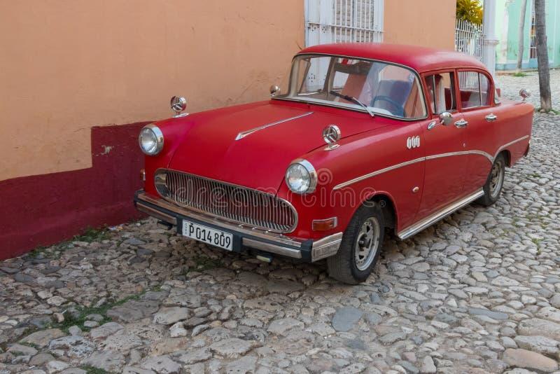 Trinidad Kuba - Juli 7 2018: Gammal tidmätarebil på gator av Trinida royaltyfri foto