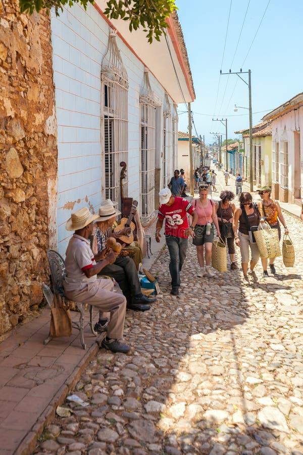 TRINIDAD KUBA - MARS 30, 2012: Gatamusiker utför sånger arkivbild