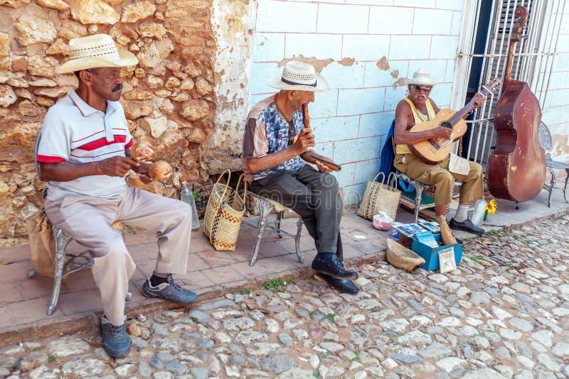 TRINIDAD KUBA - MARS 30, 2012: gatamusikmusikband av fyra män royaltyfri fotografi