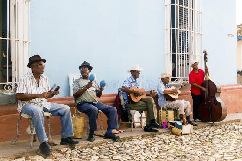 TRINIDAD KUBA - November 5, 2015: Grupp av musikerlek på royaltyfria foton