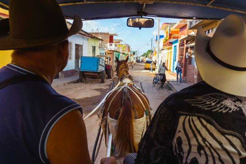 Trinidad stad i Kuba Hästvagn med cowboyen arkivfoton