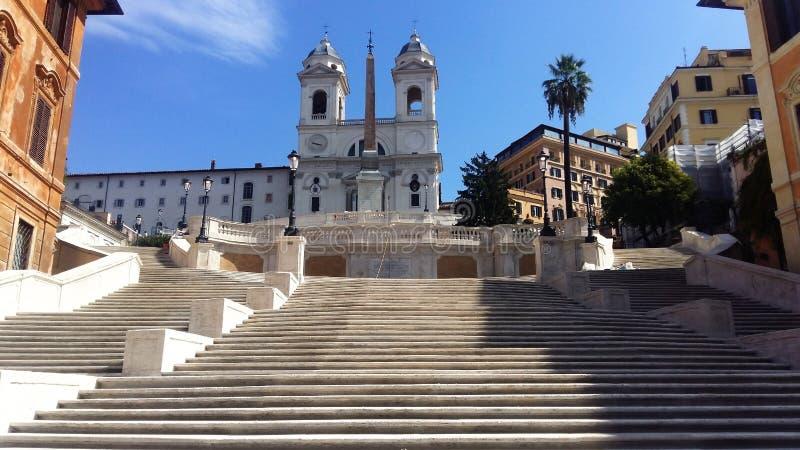 trinit шагов испанского языка rome monti фонтана переднего плана dei церков barcaccia предпосылки стоковые фотографии rf