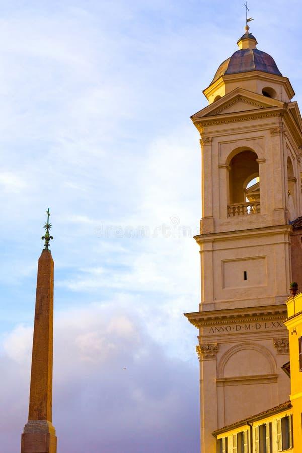 Trinita Dei Monti chruch och egyptierobelisk i Piazza di Spagn arkivbilder