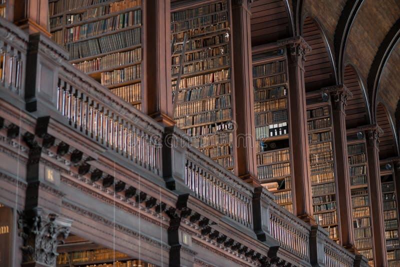 Trinity College-Bibliothek, Dublin, Irland - 08/07/2017: Der lange Raum an der Dreiheits-Bibliothek im Trinity College, Dublin, I stockfotos
