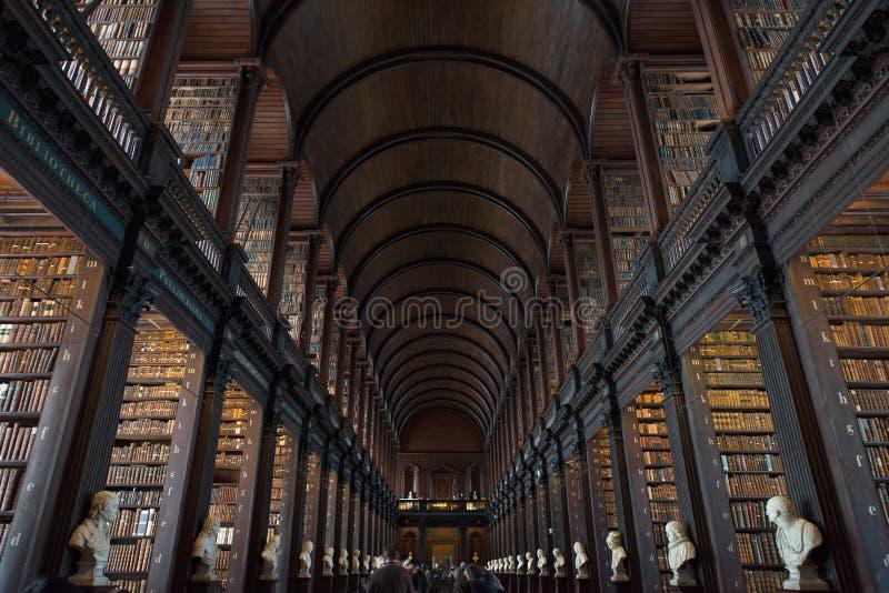 Trinity Collegebibliotheek, Dublin, Ierland - 08/07/2017: De Lange Zaal bij Drievuldigheidsbibliotheek in Trinity College, Dublin royalty-vrije stock afbeeldingen