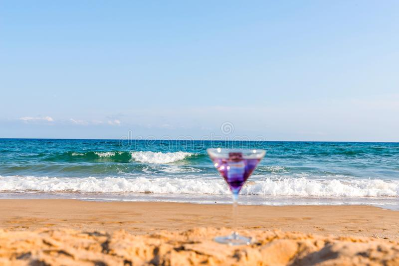 Trinken Sie in einem Martini-Glas auf dem Hintergrund des Wellen affectin lizenzfreies stockbild