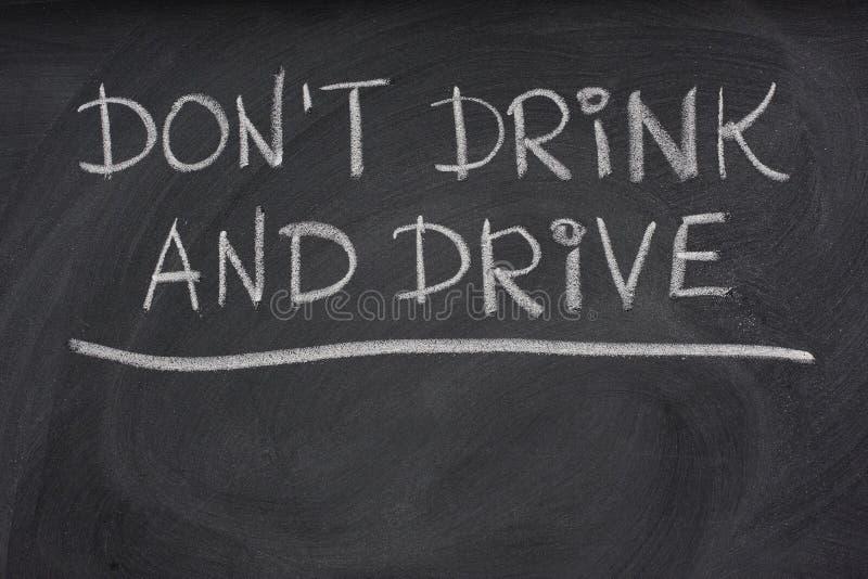 Trinken Sie nicht und treiben Sie WARNING auf einer Tafel an lizenzfreies stockfoto