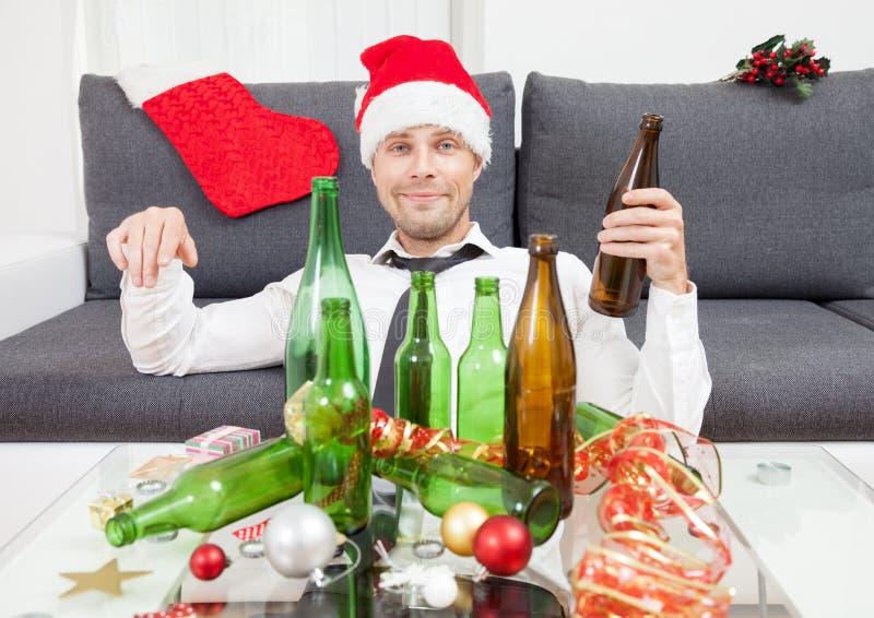 Trinken zu viel während der Weihnachtszeit lizenzfreies stockbild
