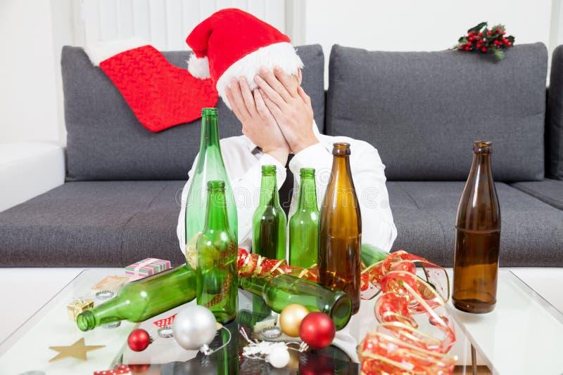 Trinken zu viel während der Weihnachtszeit lizenzfreie stockfotografie