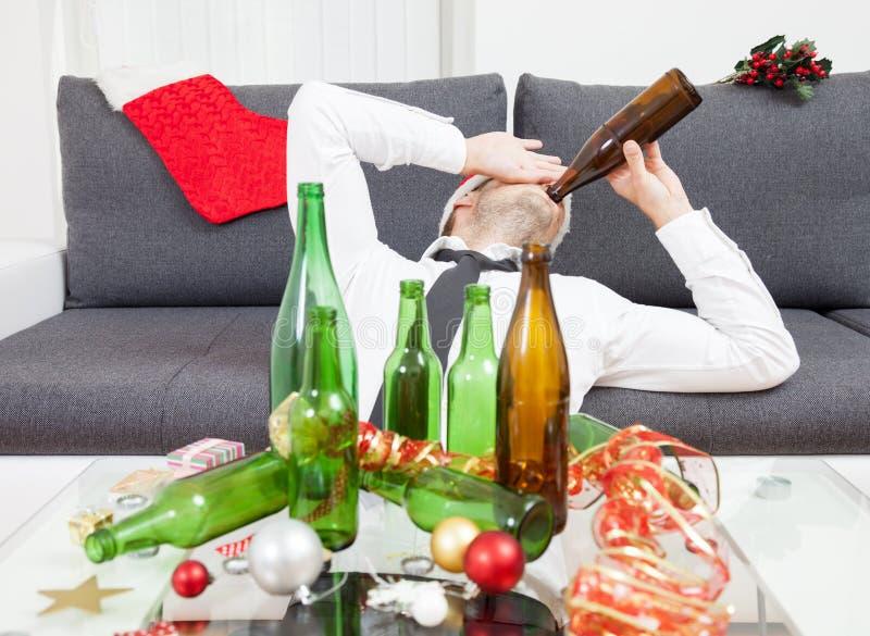Trinken zu viel während der Weihnachtszeit lizenzfreies stockfoto