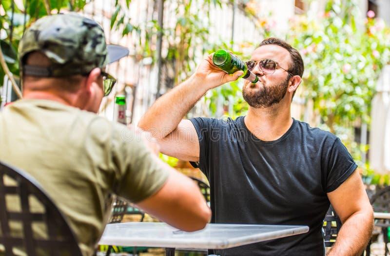 Trinkende Biere in einer Bar lizenzfreie stockfotos