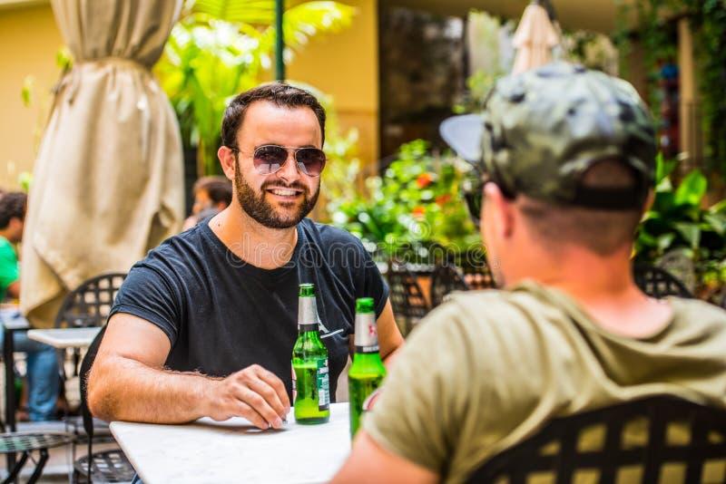 Trinkende Biere in einer Bar lizenzfreies stockbild