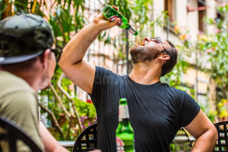 Trinkende Biere in einer Bar stockbild
