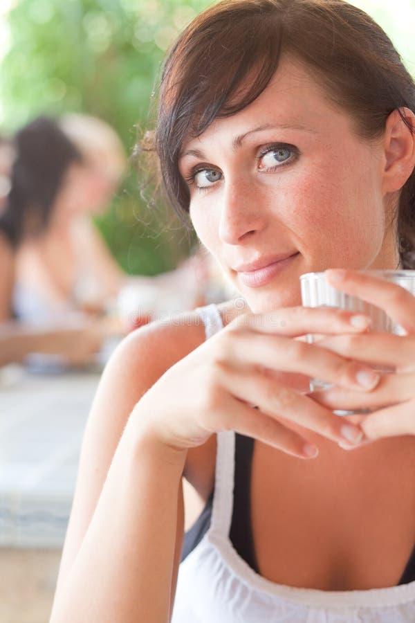 Trinkende Frau im Freien lizenzfreies stockbild