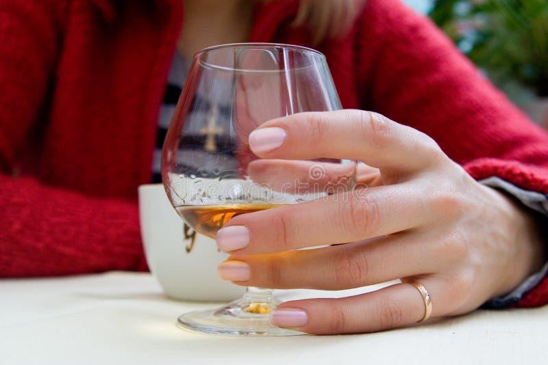 Trinkende Frau mit Glas und Cup lizenzfreie stockfotos