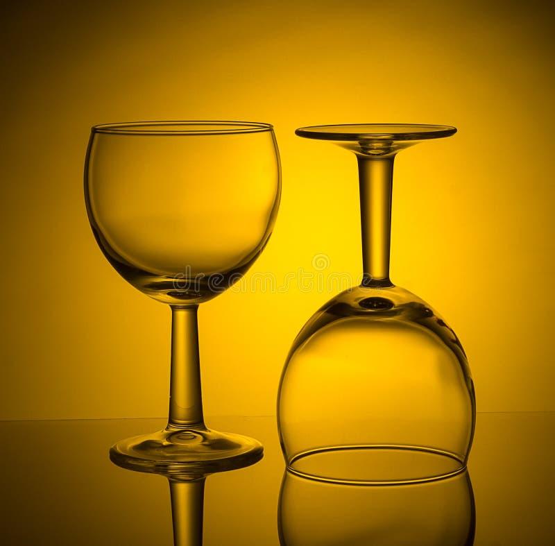 Trinkende leere Weingläser mit Reflexion stockfoto