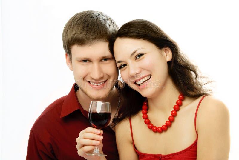 Trinkende Rebe der glücklichen Paare lizenzfreies stockbild