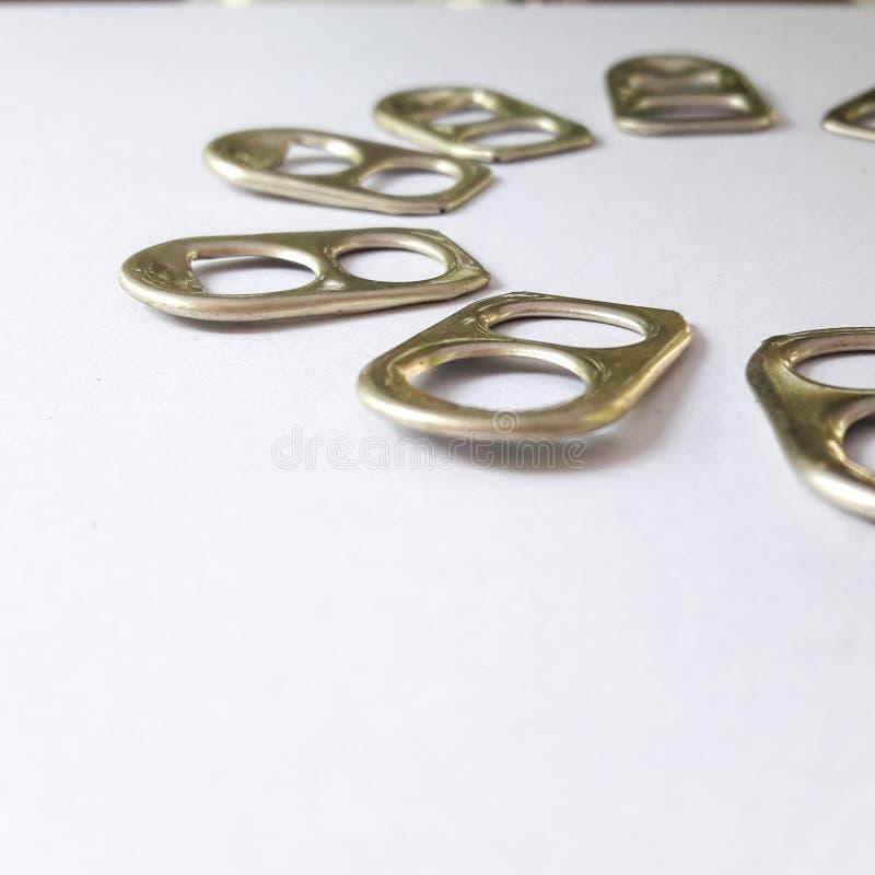 Trinkende Ringe machen auf weißen Hintergrund ein stockfotografie