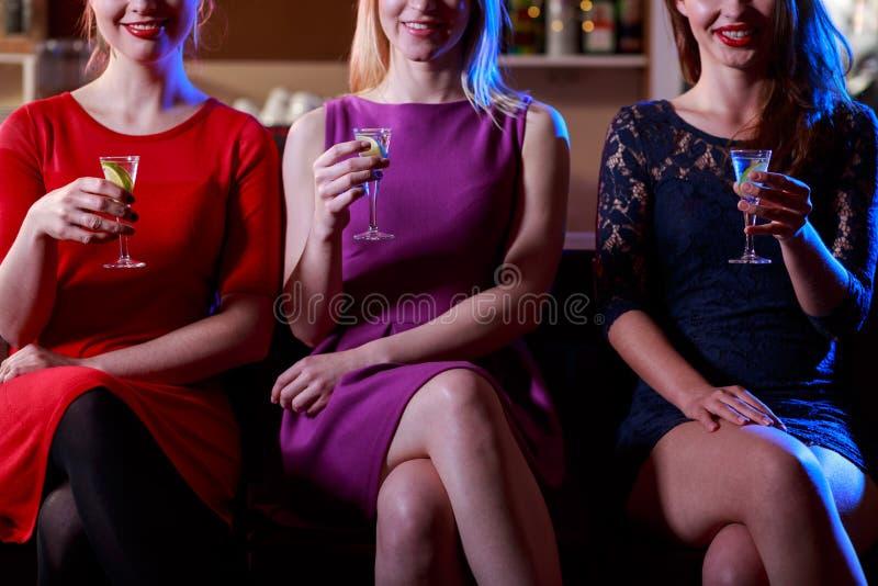 Trinkende Schüsse der Schönheitsfrau lizenzfreie stockbilder