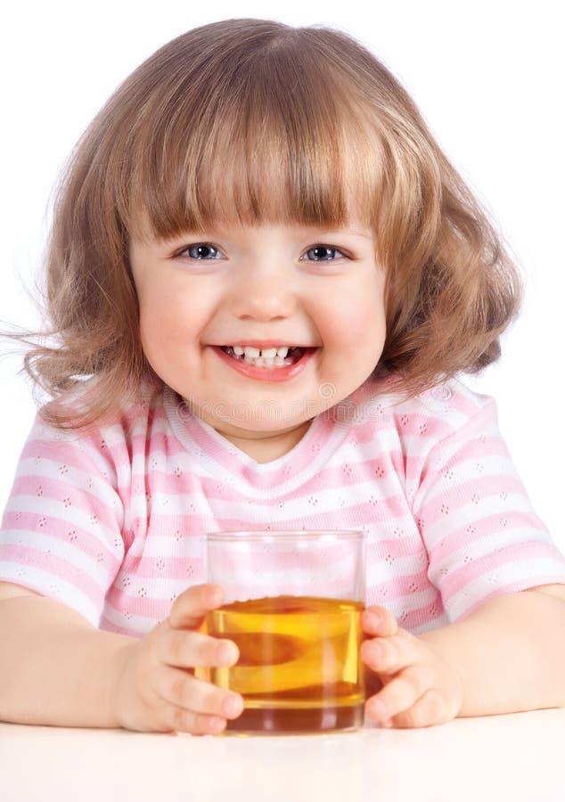 Trinkender Apfelsaft des kleinen Mädchens lizenzfreies stockbild