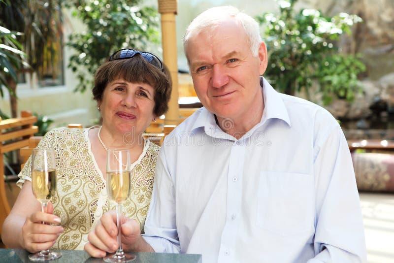 Trinkender Champagner der älteren Paare lizenzfreies stockfoto