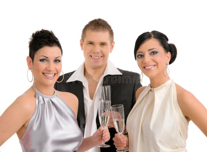 Trinkender Champagner der jungen Leute stockfoto