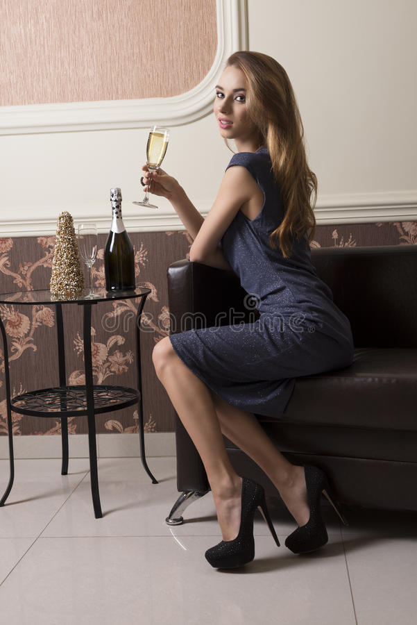 Trinkender Champagner des eleganten Mädchens stockfotos