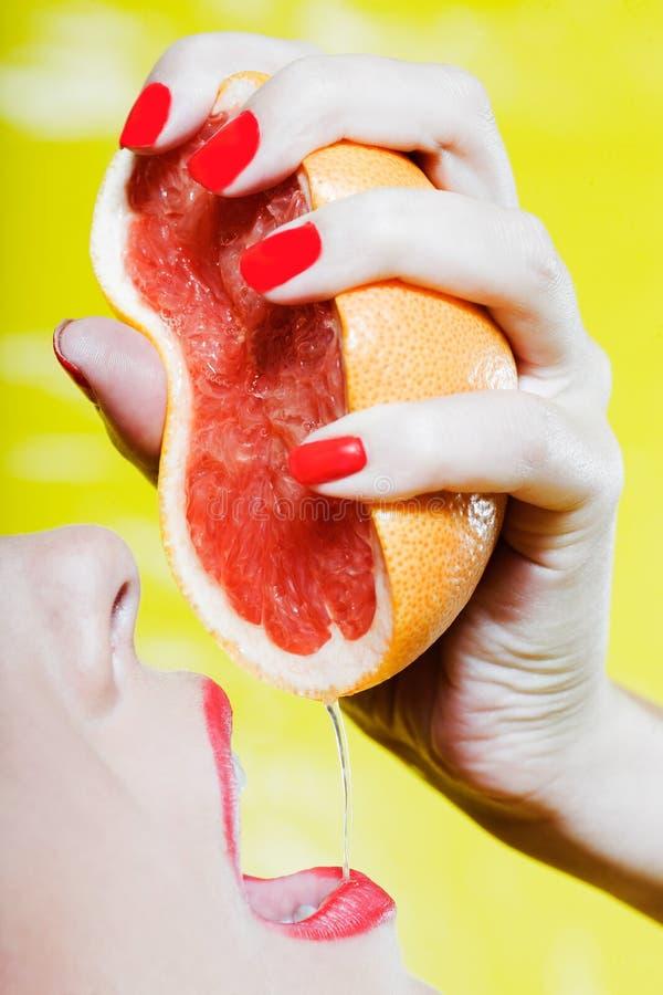 Trinkender Grapefruitsaft der Frau stockbild