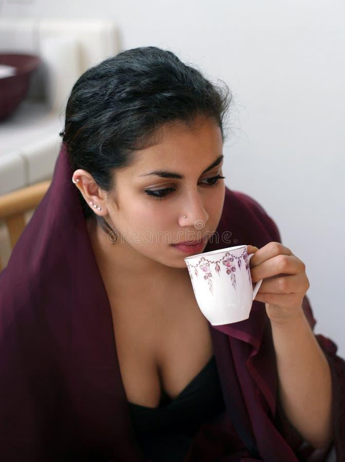 Trinkender Kaffee lizenzfreie stockbilder