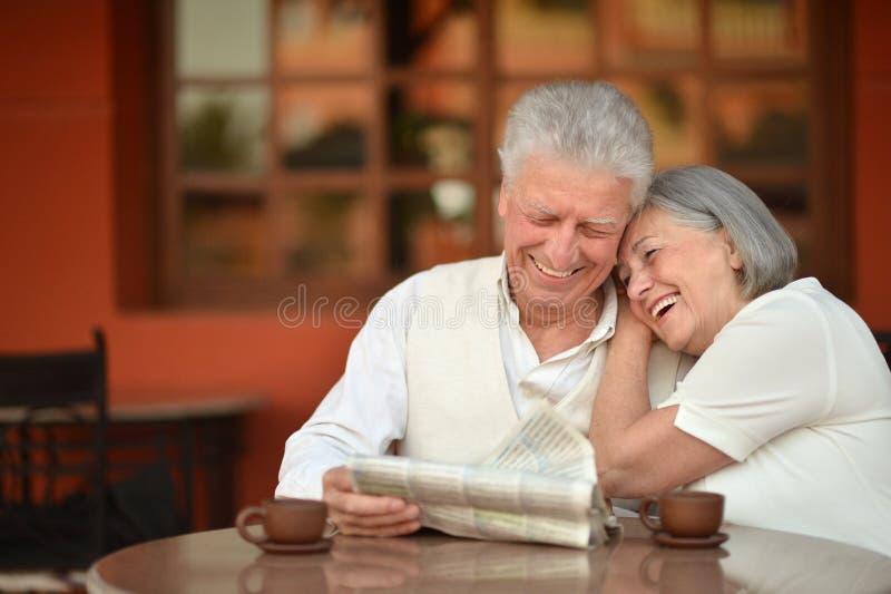 Trinkender Kaffee der älteren Paare stockfotografie