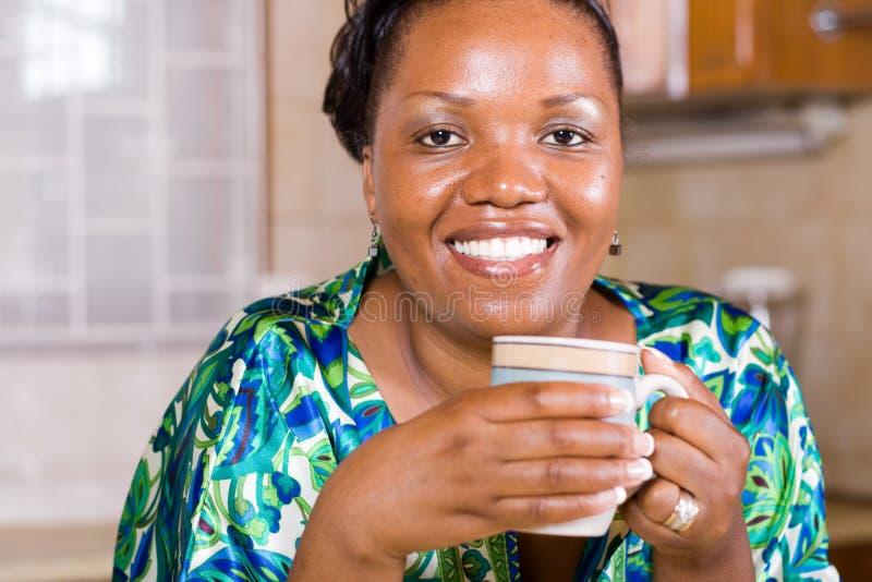 Trinkender Kaffee Der Afrikanischen Frau Zu Hause Lizenzfreies Stockfoto