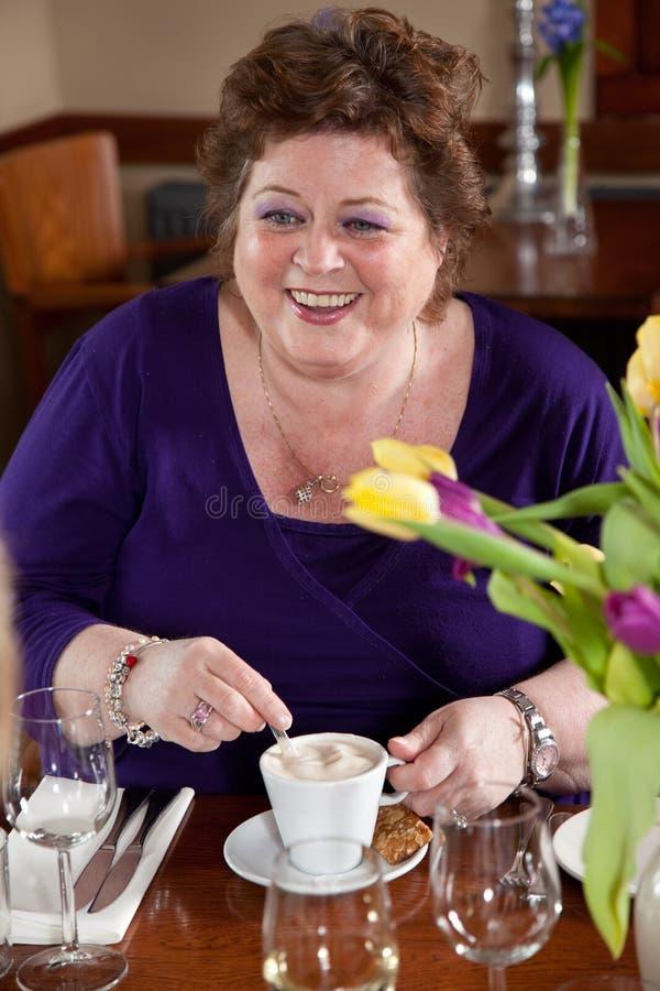 Trinkender Kaffee der fälligen Frau stockbild