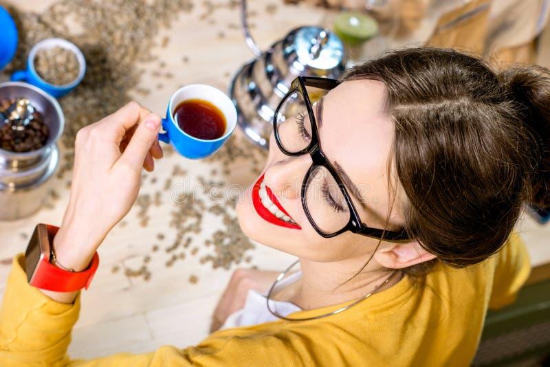 Trinkender Kaffee der Frau lizenzfreies stockfoto