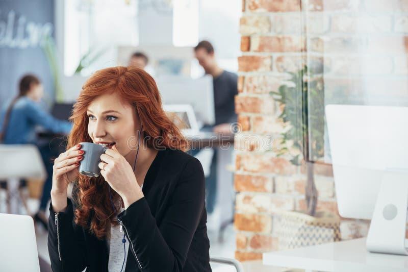 Download Trinkender Kaffee der Frau stockfoto. Bild von geschäft - 96935620