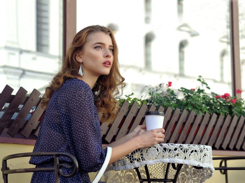 Trinkender Kaffee der Frau in einem Café im Freien lizenzfreies stockbild