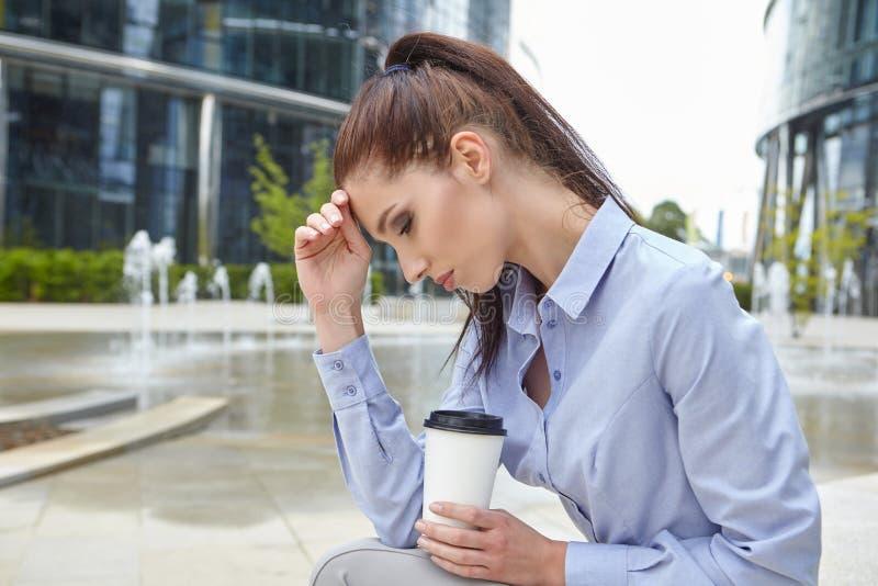 Trinkender Kaffee der Frau und Ablesen ihres touchscre lizenzfreies stockfoto