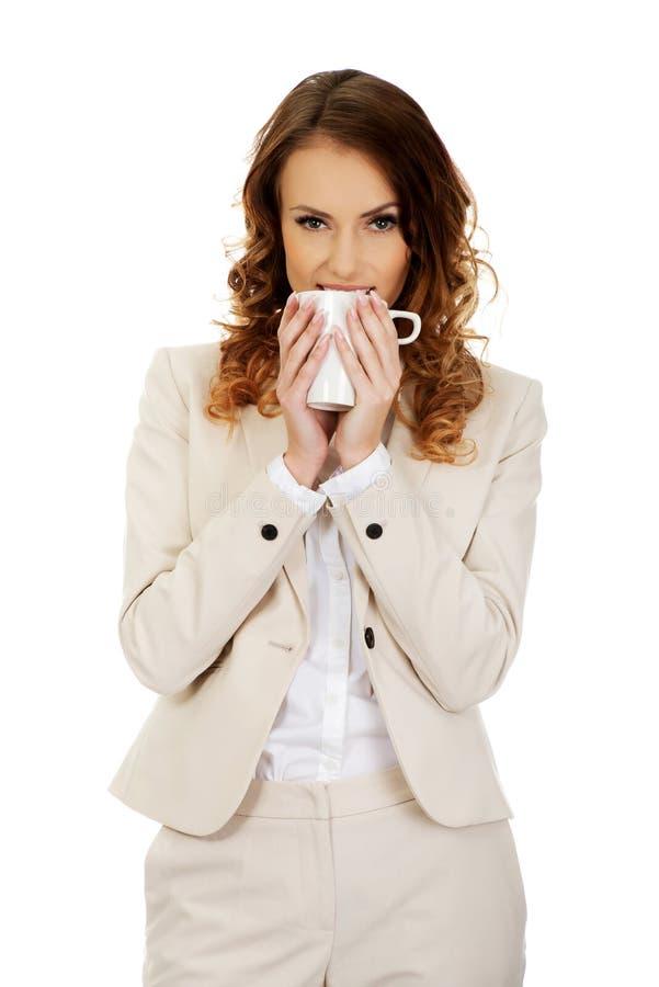Trinkender Kaffee der Geschäftsfrau stockbilder