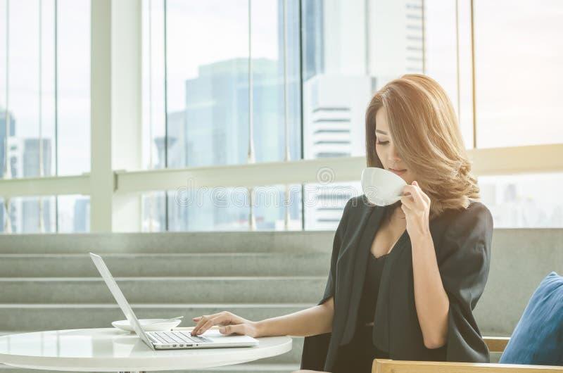 Trinkender Kaffee der Geschäftsfrau im Büro stockfotos