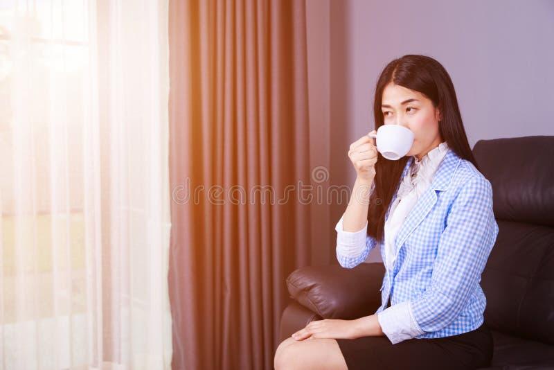 Trinkender Kaffee der Geschäftsfrau oder Teeschale stockbilder