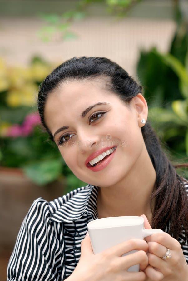 Trinkender Kaffee der glücklichen spanischen Frau stockbild