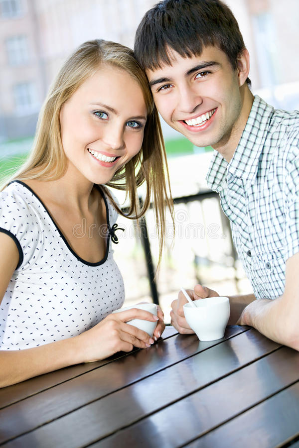 Trinkender Kaffee der jungen Frau lizenzfreie stockfotos