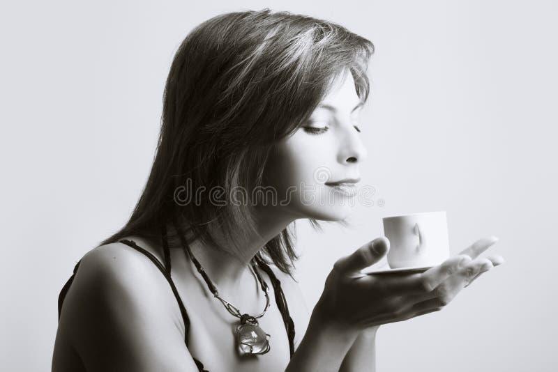 Trinkender Kaffee der jungen Frau lizenzfreies stockbild