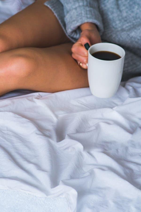 Trinkender Kaffee der nachdenklichen Frau oder Tee und Denken, Draufsicht des Kopienraumes seitlich zu Hause schauend lizenzfreies stockbild