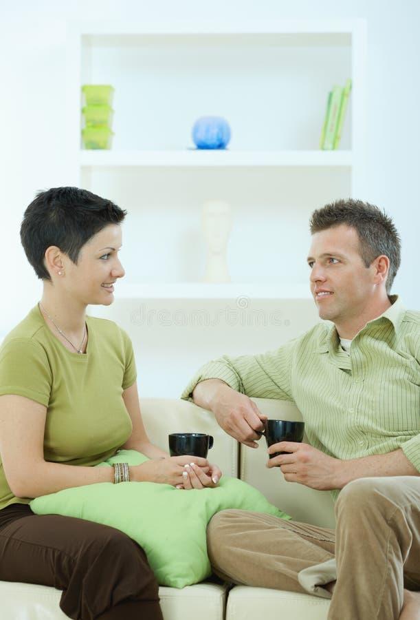 Trinkender Kaffee der Paare lizenzfreie stockbilder
