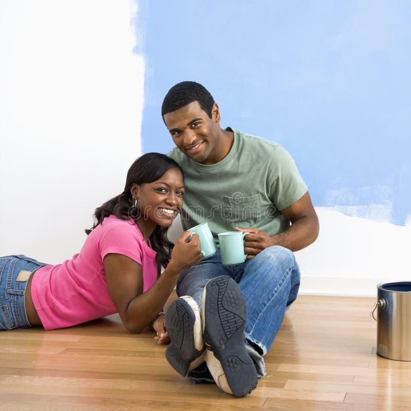 Trinkender Kaffee der Paare. lizenzfreie stockfotos