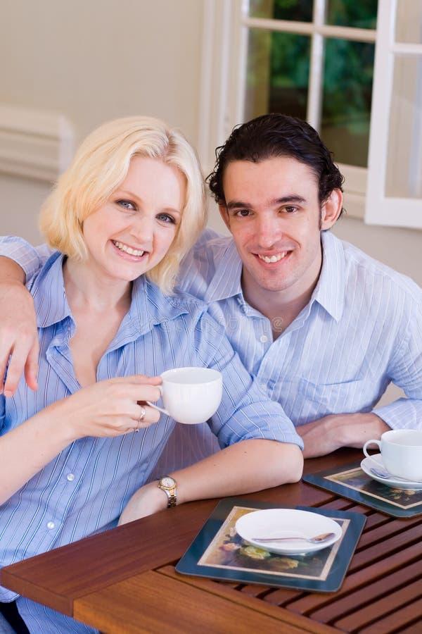 Trinkender Kaffee der Paare lizenzfreie stockfotos