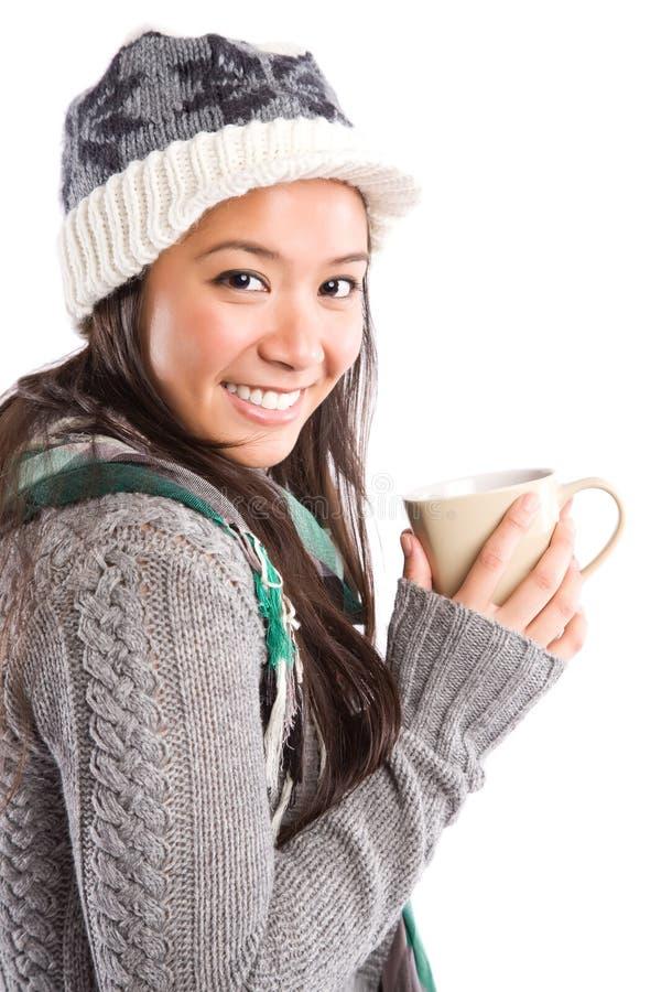 Trinkender Kaffee der schönen asiatischen Frau lizenzfreies stockfoto
