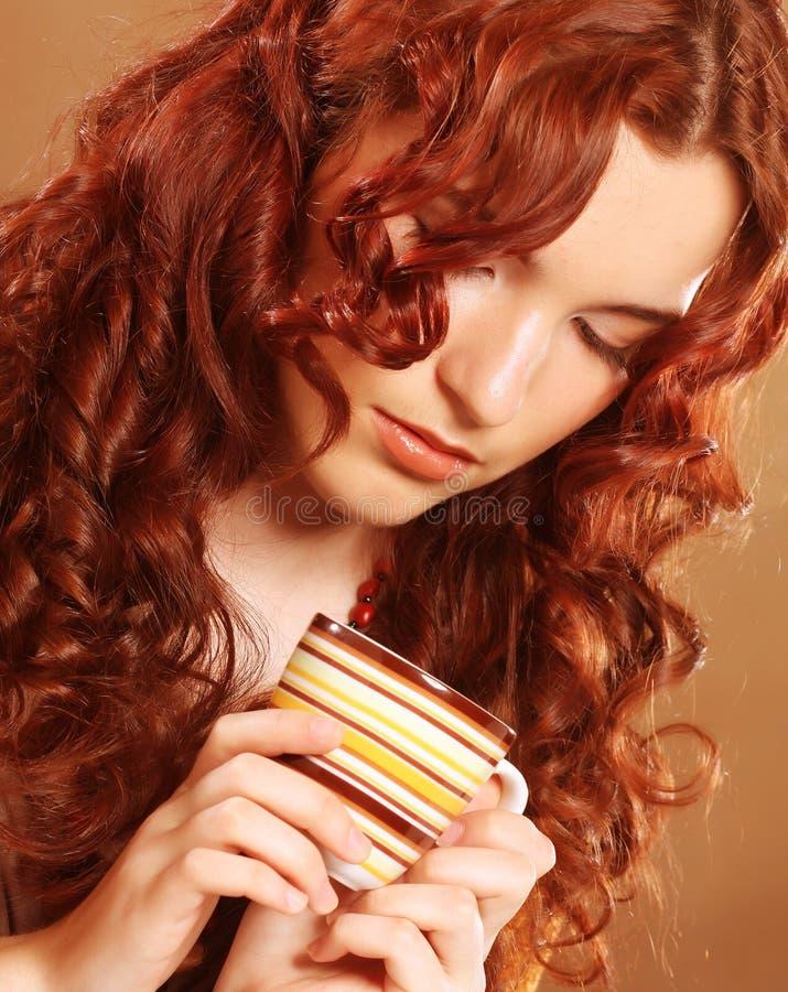 Trinkender Kaffee der schönen Frau lizenzfreie stockbilder