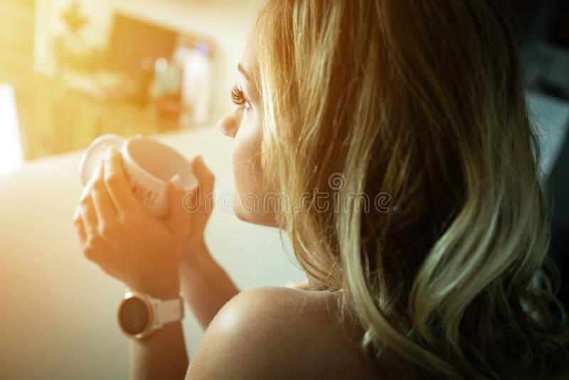 Trinkender Kaffee der schönen Frau morgens lizenzfreie stockbilder