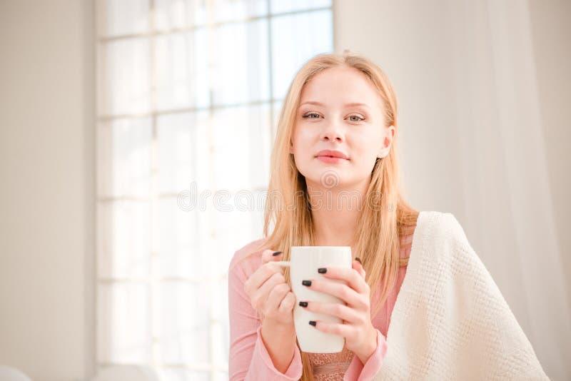 Trinkender Kaffee der schönen Frau morgens stockfoto